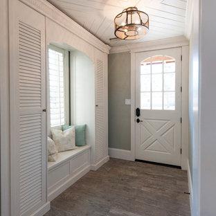 Ejemplo de distribuidor marinero con paredes grises, suelo de madera en tonos medios, puerta simple, puerta blanca y suelo marrón