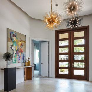Inspiration för en funkis entré, med vita väggar, en dubbeldörr, glasdörr och beiget golv
