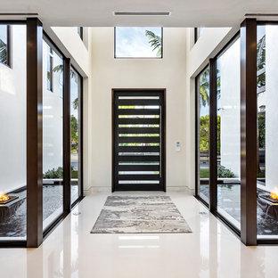 Großer Moderner Eingang mit Foyer, weißer Wandfarbe, Marmorboden, Drehtür, Glastür und weißem Boden in Miami
