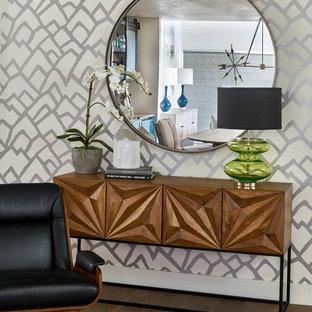 Idee per un ingresso o corridoio contemporaneo con pareti con effetto metallico, pavimento in legno massello medio e pavimento marrone