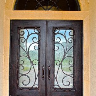 Идея дизайна: большая входная дверь в средиземноморском стиле с двустворчатой входной дверью и металлической входной дверью