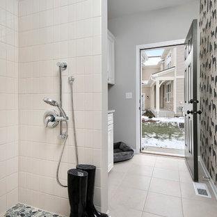 Idéer för ett stort klassiskt kapprum, med grå väggar, klinkergolv i porslin, en enkeldörr och mörk trädörr