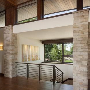 Moderner Eingang mit Foyer und Bambusparkett in Denver