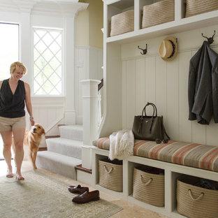 Новый формат декора квартиры: тамбур в классическом стиле с одностворчатой входной дверью, входной дверью из темного дерева и желтыми стенами