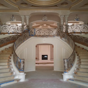 Пример оригинального дизайна: большое фойе в средиземноморском стиле с разноцветными стенами, мраморным полом, двустворчатой входной дверью и металлической входной дверью