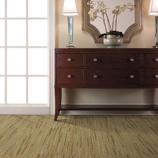 Idee per un corridoio design di medie dimensioni con pareti beige, moquette e pavimento verde