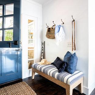 Idéer för en mellanstor maritim ingång och ytterdörr, med vita väggar, mörkt trägolv, en blå dörr, en tvådelad stalldörr och brunt golv