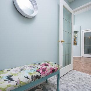 Aménagement d'une entrée contemporaine avec un vestiaire, un mur bleu, un sol en linoléum et un sol gris.