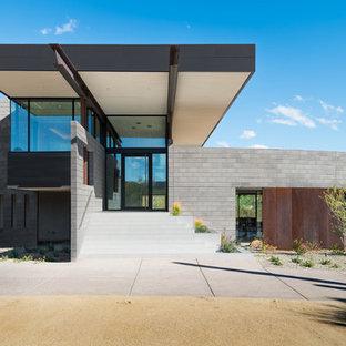 フェニックスの広い回転式ドアサンタフェスタイルのおしゃれな玄関ドア (グレーの壁、磁器タイルの床、ガラスドア、白い床) の写真