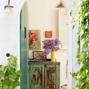 Bild på en liten shabby chic-inspirerad ingång och ytterdörr, med vita väggar, en enkeldörr och en grön dörr
