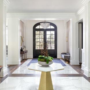 Inspiration för mycket stora asiatiska ingångspartier, med vita väggar, marmorgolv, en dubbeldörr, en svart dörr och vitt golv