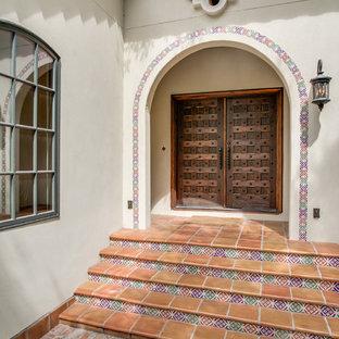Große Mediterrane Haustür mit Doppeltür und dunkler Holztür in Dallas