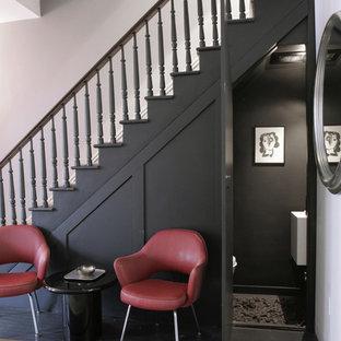 Imagen de distribuidor bohemio, pequeño, con paredes negras, suelo de madera pintada y puerta negra