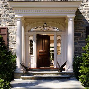 Foto di una porta d'ingresso classica con una porta singola e una porta nera