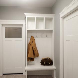 Imagen de vestíbulo posterior de estilo americano, pequeño, con suelo de baldosas de cerámica, puerta simple, puerta blanca, suelo beige y paredes grises