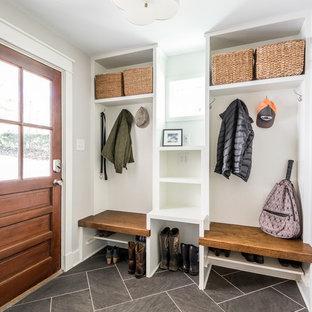 Inspiration pour une entrée traditionnelle avec un mur gris, un sol en carrelage de porcelaine, une porte simple, une porte en bois brun, un sol gris et un vestiaire.
