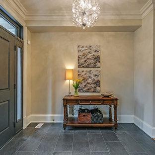 Bild på en mellanstor vintage foajé, med grå väggar, en enkeldörr, en grå dörr, skiffergolv och grått golv