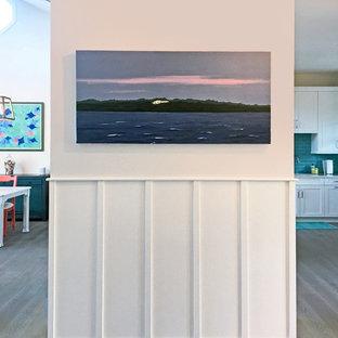 タンパの中サイズの片開きドアビーチスタイルのおしゃれな玄関ロビー (白い壁、淡色無垢フローリング、赤いドア、グレーの床) の写真