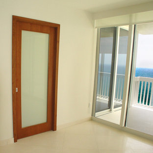 Small modern entryway in Miami.