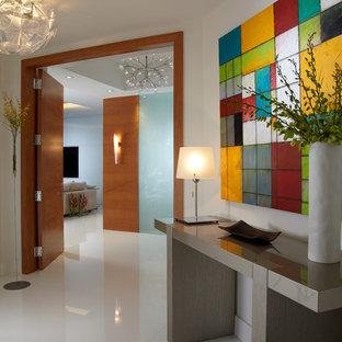 Foto de vestíbulo actual, de tamaño medio, con paredes blancas, suelo blanco, suelo de mármol y puerta de madera en tonos medios