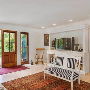 Exemple d'une entrée exotique avec un mur blanc, un sol en bois clair, une porte double et une porte en verre.