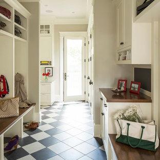 ミネアポリスのトランジショナルスタイルのおしゃれなマッドルーム (セラミックタイルの床、マルチカラーの床) の写真
