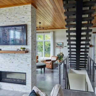 Modern inredning av en mellanstor foajé, med vita väggar, klinkergolv i keramik, en dubbeldörr, glasdörr och grått golv