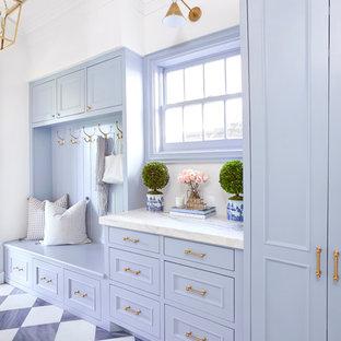 ダラスのコンテンポラリースタイルのおしゃれなマッドルーム (青い壁、黒い床) の写真