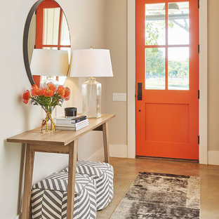 Пример оригинального дизайна: входная дверь в стиле современная классика с бетонным полом, одностворчатой входной дверью, оранжевой входной дверью, бежевыми стенами и бежевым полом