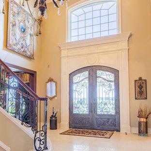 Modelo de puerta principal clásica, grande, con paredes beige, puerta doble, puerta de vidrio y suelo beige