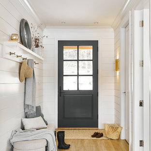 Inredning av en maritim liten ingång och ytterdörr, med vita väggar, vinylgolv, en enkeldörr, en grå dörr och beiget golv