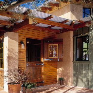 Inspiration för en lantlig entré, med en tvådelad stalldörr och mellanmörk trädörr
