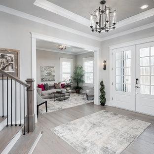 Inspiration för en mellanstor foajé, med grå väggar, ljust trägolv, en dubbeldörr och en vit dörr