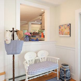 Ispirazione per un ingresso country di medie dimensioni con pareti bianche, parquet scuro, una porta singola e una porta bianca