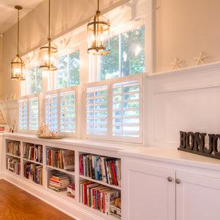 Modelo de entrada marinera, de tamaño medio, con paredes beige, suelo de madera en tonos medios, puerta simple y puerta de madera en tonos medios