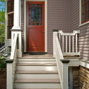 На фото: входная дверь среднего размера в классическом стиле с фиолетовыми стенами, светлым паркетным полом, одностворчатой входной дверью и красной входной дверью