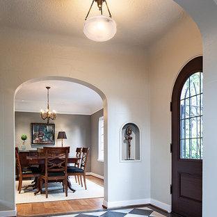 Свежая идея для дизайна: маленькое фойе в классическом стиле с серыми стенами, полом из керамогранита, одностворчатой входной дверью и входной дверью из темного дерева - отличное фото интерьера