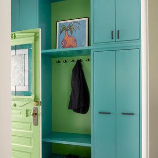シアトルの小さい片開きドアコンテンポラリースタイルのおしゃれなマッドルーム (白い壁、磁器タイルの床、緑のドア、マルチカラーの床) の写真