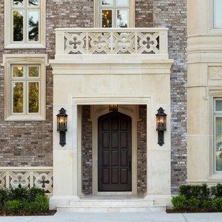 Klassische Haustür mit Einzeltür und dunkler Holztür in Tampa