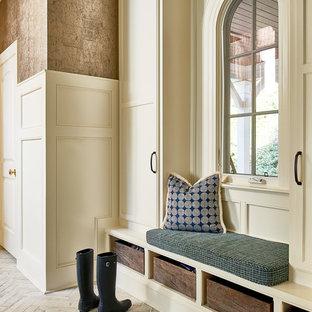 Réalisation d'une entrée tradition avec un vestiaire, mur métallisé et un sol beige.