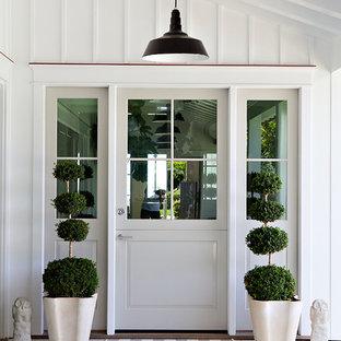 Idee per una porta d'ingresso stile marinaro con una porta singola e una porta in vetro