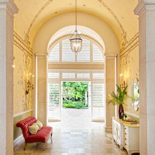 Immagine di un corridoio tropicale con pareti beige, pavimento in legno verniciato e pavimento multicolore