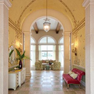Idee per un corridoio tropicale con pareti gialle