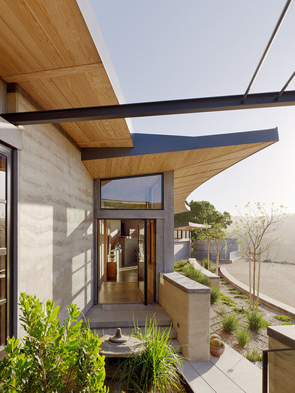 Contemporary Entry by Feldman Architecture, Inc.