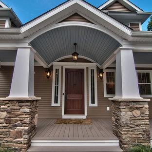 Создайте стильный интерьер: большая входная дверь в стиле современная классика с бежевыми стенами, полом из фанеры, одностворчатой входной дверью, входной дверью из темного дерева и серым полом - последний тренд