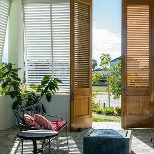 Exemple d'une entrée exotique avec une porte double et une porte en bois brun.