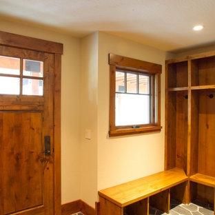 Bild på ett shabby chic-inspirerat kapprum, med vita väggar, skiffergolv och en brun dörr