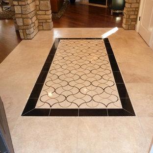 デンバーの広いトラディショナルスタイルのおしゃれな玄関 (大理石の床、マルチカラーの床) の写真