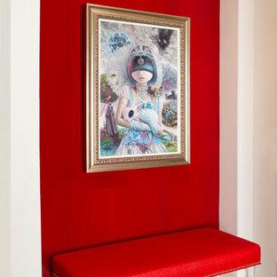 Idées déco pour un petit hall d'entrée éclectique avec un mur rouge, un sol en calcaire et une porte double.