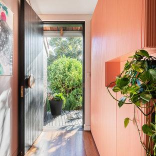 パースのコンテンポラリースタイルのおしゃれな玄関 (ピンクの壁、黒いドア) の写真